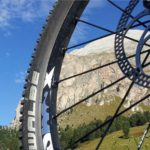 Un'estate in bici per godere del bellissimo paesaggio dolomitico e scoprire in maniera slow ed ecosostenibile  gli angoli più affascinanti della Val Gardena… pedalando.  Con itinerari in MTB o e-bike alla portata di tutti.